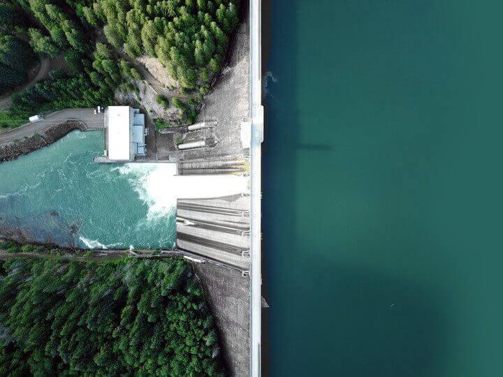 Vue en plongée d'un barrage