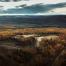 Photo de loin d'un site d'exploitation minier entouré d'arbres à l'automne